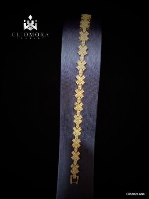 Lustrous bracelet striking cliomor